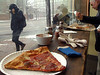 Pizza lunch en Harvard Square. Its warm on this side of the window!